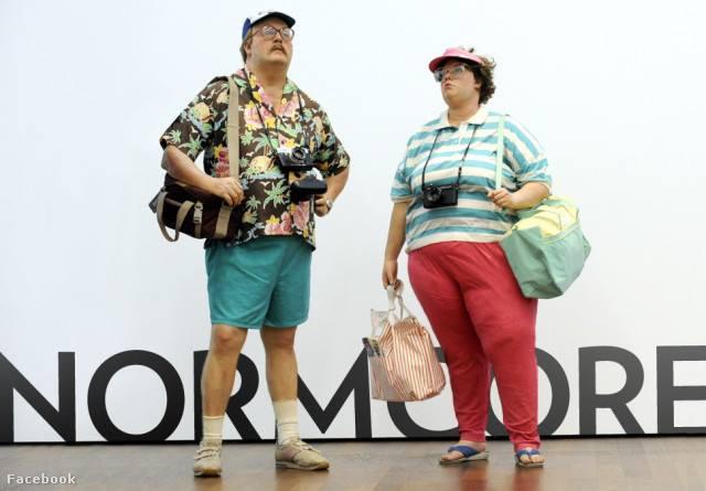 A normcorenál belefér, hogy turistának öltözzünk.