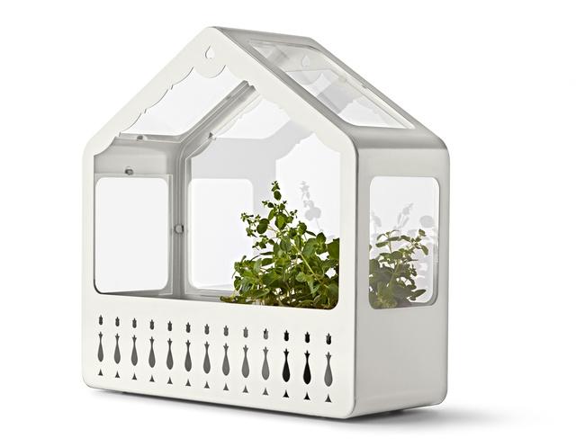 Házikó - a svájci parasztházakra hasonlító házacska egyrészt palántázónak és üvegháznak használható, illetve az üveges felével befelé fordítva egyszerű virágtartóvá lényegül át: 8990.-