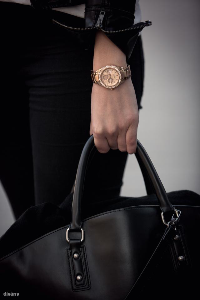 Az óra Fossil, a táska Zara.