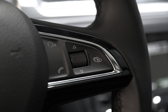 That's how you design a multifunction steering wheel, with sleek, attractive, nicely rounded controls.
