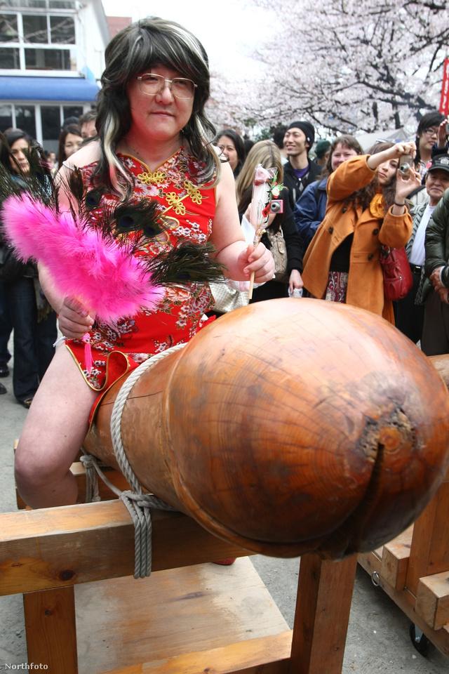 A Mikoshiba helyezett csajos színű gigantikus nemi szervet tradicionálisan a Shinmei Sha szentélyből körülbelül négy óra alatt szállítják át a Tagata Jinja elnevezésű imaházba.