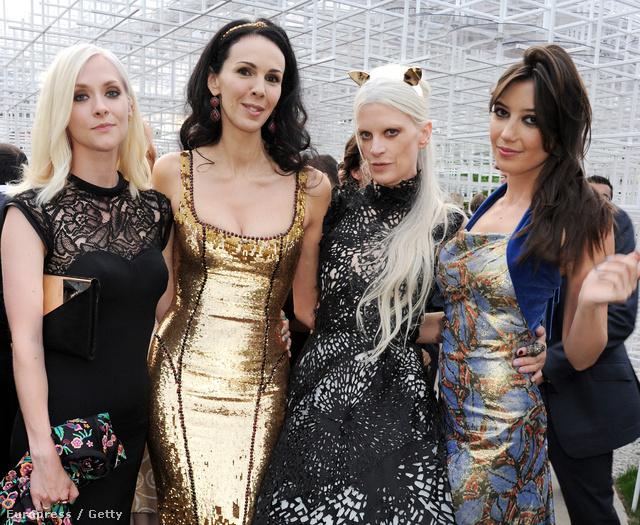 Ruháiért odavoltak az A-listás hollywoodi hírességek:  Portia Freeman, Kristen McMenamy és Daisy Lowe társaságában.