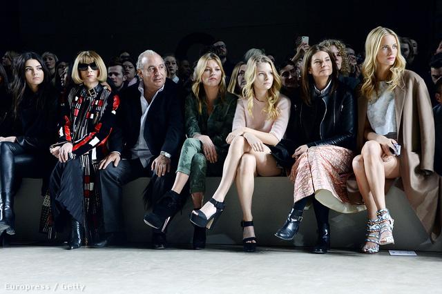 Londonban Anna Wintour mellé ültették, de abban a sorban ült Kate Moss és szintén modellnek készülő húga, Lottie is.