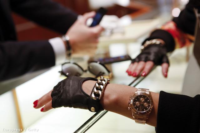 Rolexet próbálgat egy gazdag nő a Rodeo Drive-on. Ízlés nem kell hozzá, csak pénz.