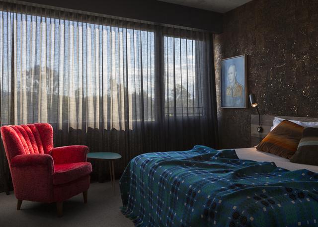 A vintage fotel meglepően hat egy modern szállodai szoba terében.