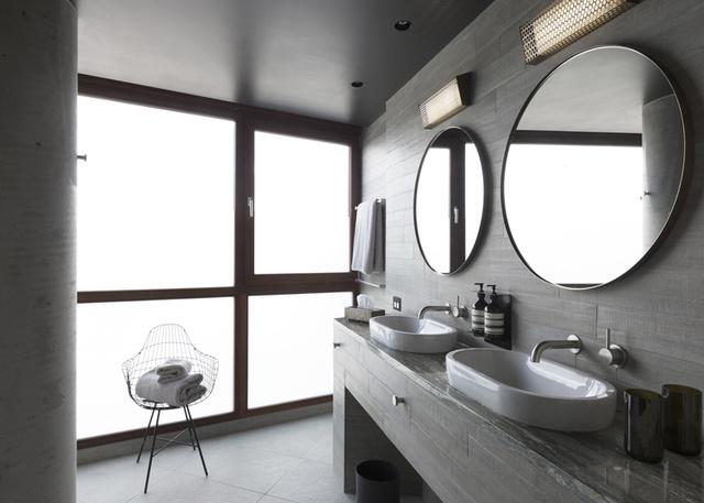 A szürke fürdőszoba az épület egyik legmenőbb pontja.