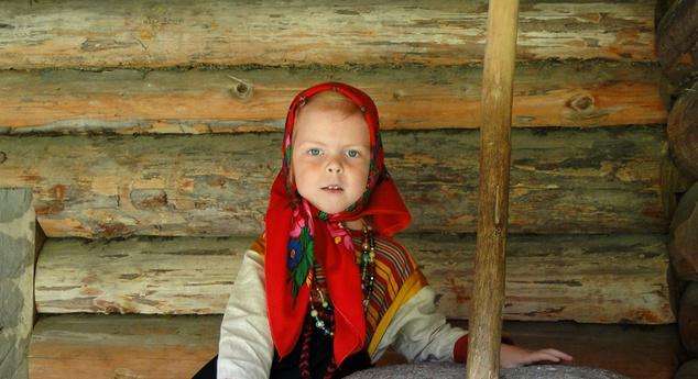 Észt kislány népviseletben
