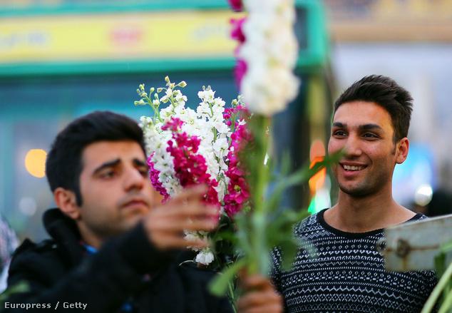 A perzsa újév napján mindenki felölti új ruháját, látogatóba mennek egymáshoz az emberek, és ajándékokat is visznek magukkal
