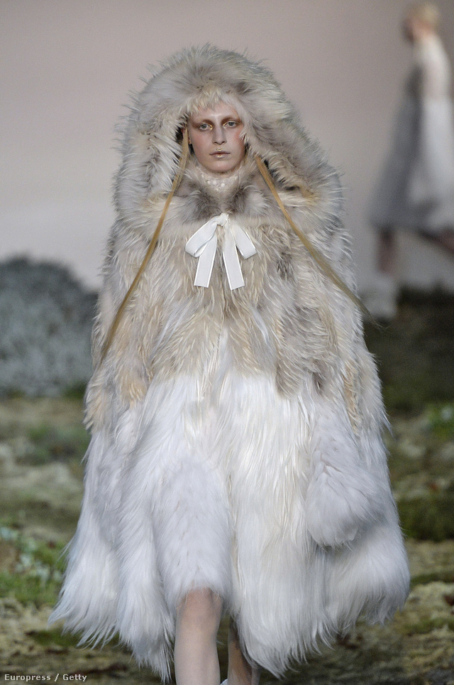 Míg a brit Voguenak prém-ellenes a politikája a divatanyagok tartalmát illetően, addig a reklámjaikban gyakran találni szőrmeipar által támogatott hirdetést.