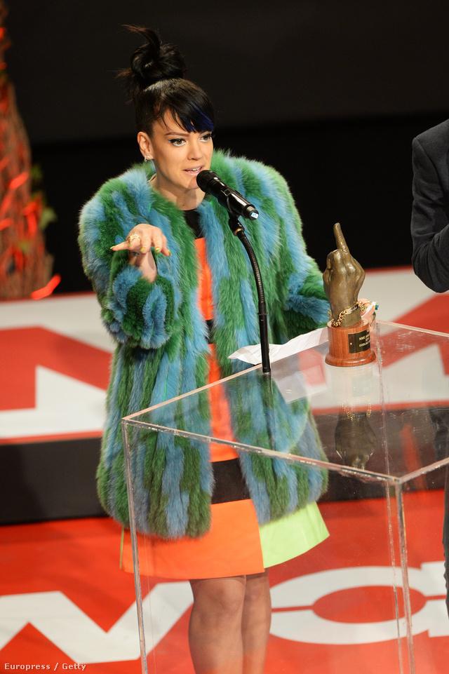 Lily Allen londoni székhelyű Hockley egyik zöld róka kabátjában jelent meg a NME Award-on.