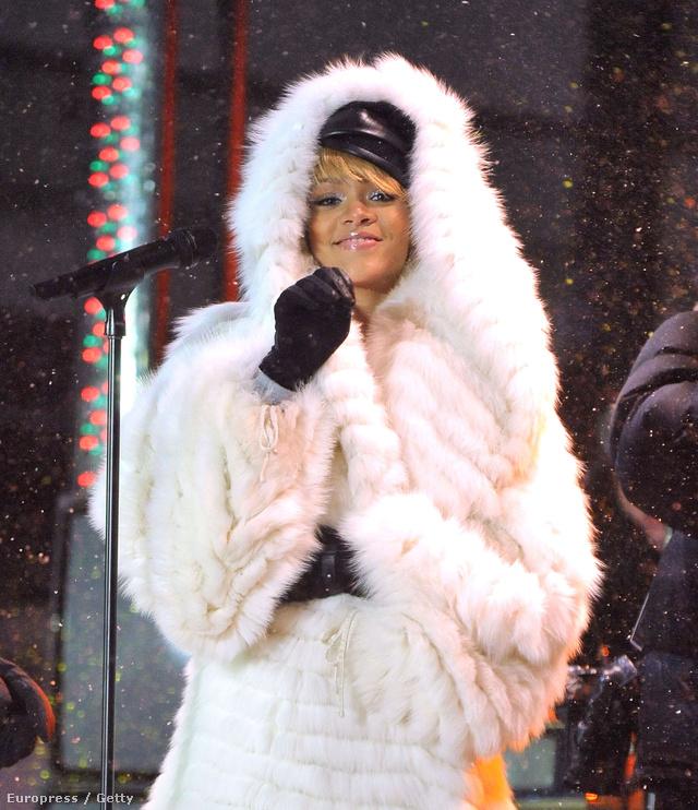 Rihanna sem veti meg a puha szőrmés szereléseket.