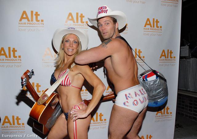 Segítőjével, a Naked Cowgirllel