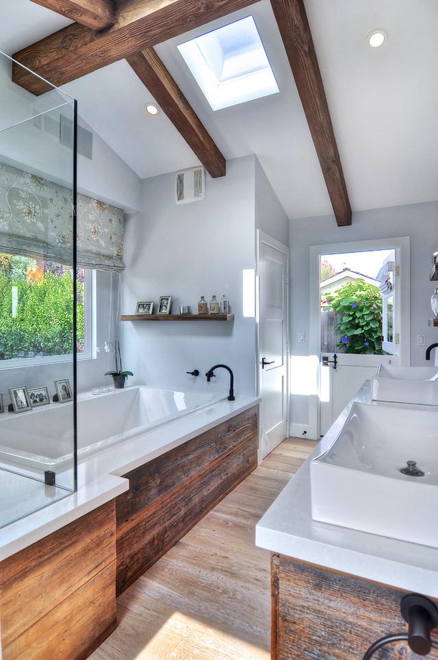 Sikkes a gerenda és a faburkolat a fürdőben.