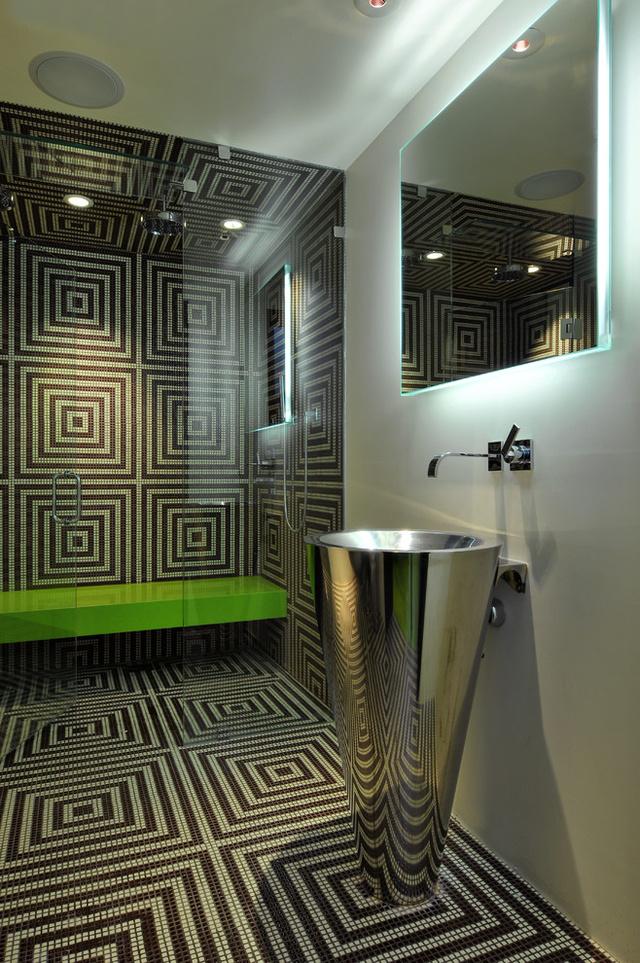 Hipnotikus fürdőszoba mozaikból kirakva.