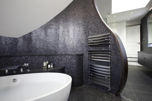 Naná, hogy az íves, lekerekített éleket kapott fürdőszobát olasz dizájnereknek köszönhetjük.