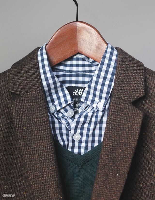 Ugyanez igaz a kockás változatára is. Itt petrolkék V-nyakú pulóverrel és tweed zakóval párosítottam.