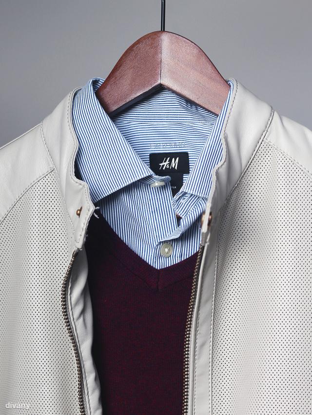 Újra a csíkos ing, itt bordó pulóverrel és bézs bőrdzsekivel.