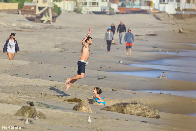 Játszottak a strandon