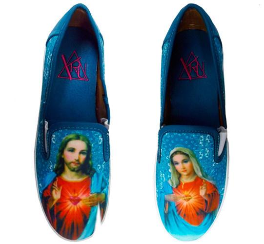 Nem csak kereszttel lehet menőzni: Dívány kedvenc ez a kicsit pofátlan, de jópofa Krisztus-Mária loafer. 80 dollár a NYLON Shopban.