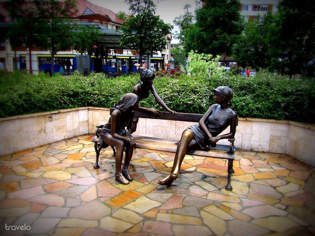 Miskolci lányok szobra a Szinva-teraszon (Kutas László alkotása)