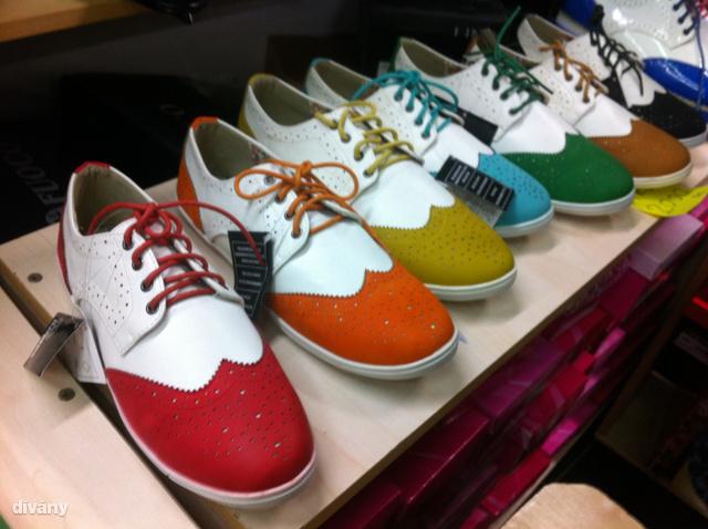 Asia Center: Oxford cipő szerűségből bőven van választék és csak 2000 forintba kerül egy pár.