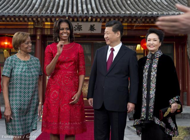 Michelle Obama látogatásánank második napján döntött a monokróm összeállítás mellett, ami nem utolsósorban szerencse szín is Kínában.