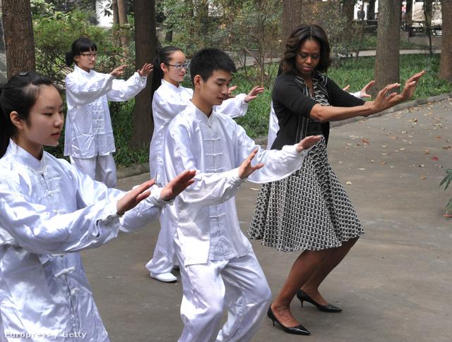 Az elnökfeleség talán a Szecsuán tartománybeli iskolalátogatásra és a neki szervezett kínai harcművészet gyorstalpalóra öltözött ki úgy, ahogy tőle megszokhattuk.