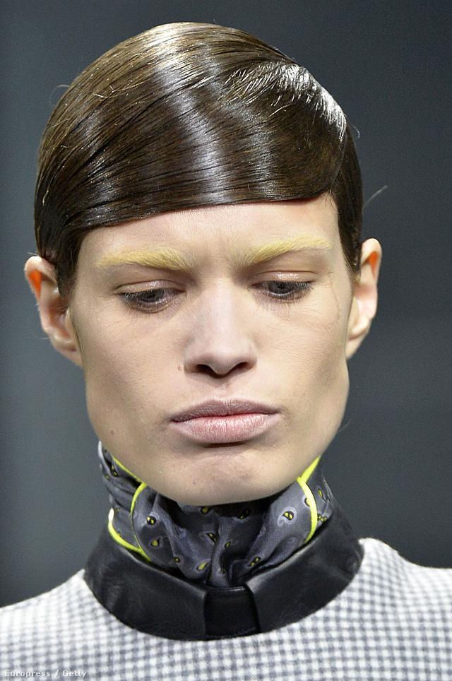 Homlokba fésült frizura Alexander Wang  kifutóján.