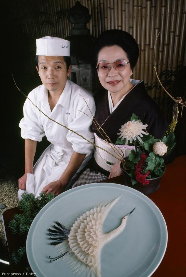 Büszke séfek a fuguhúsból mintázott daruval. Japánban a tálalás szépsége éppolyan fontos, mint az étel minősége
