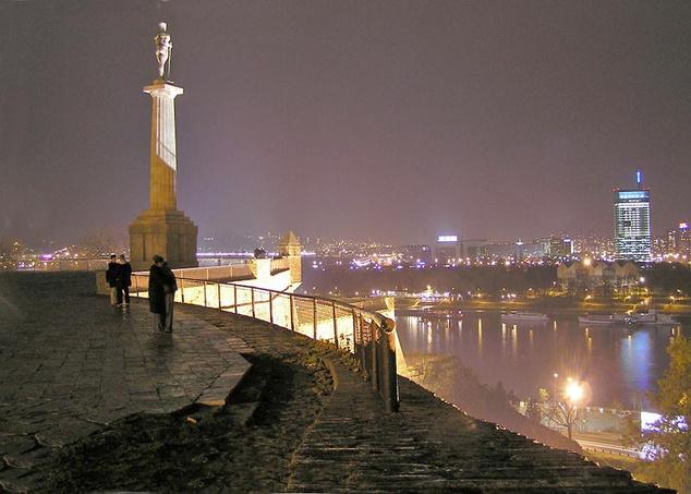 Belgrád éjjeli fényei