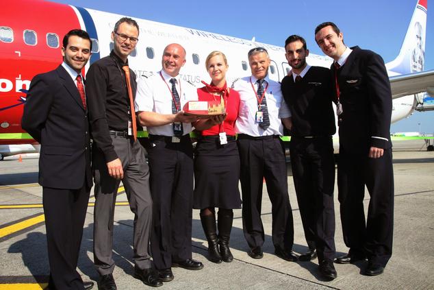 A személyzet, középen egy magyar stewardesszel