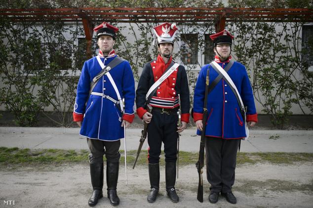 A Wysocki Légió Hagyományőrző Egyesület korabeli lengyel katonai egyenruhát viselő tagjai