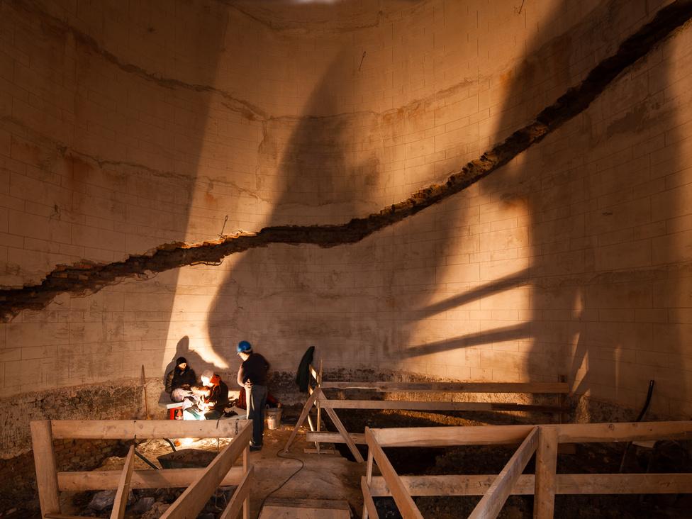 Folyik a Lépcsőpavilon rekonstrukciója. Először eltávolítják az elpusztult lépcső maradványait. A képen látható falfészkekbe kerülnek az új lépcsőfokok.