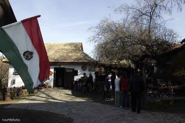 Hollókő, a kis palóc falu neve egybeforrt az itt rendezett, hagyományos húsvéti ünnepségsorozattal