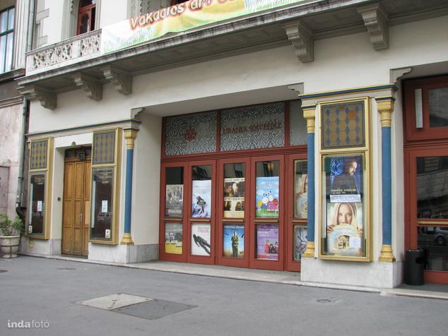 Az Uránia filmszínház bejárata