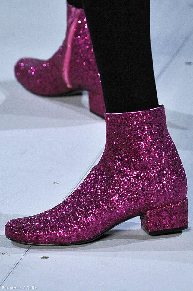 A Saint Laurent rózsaszín, csillámporos bokacsizmája.Káprázatos.