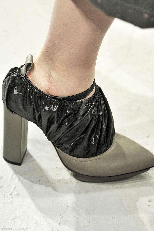 Christopher Kane mintha szemetes zsákba csomagolta volna modelljei lábát.