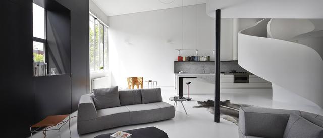 Amihez egész jó hátteret biztosítanak a már-már szédítő csavart formák és a színpaletta árnyalataihoz igazodó minimalista bútorok.