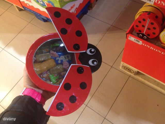 Fém dobozos katica egy csomó Tibi termékkel 1400 forint körül.