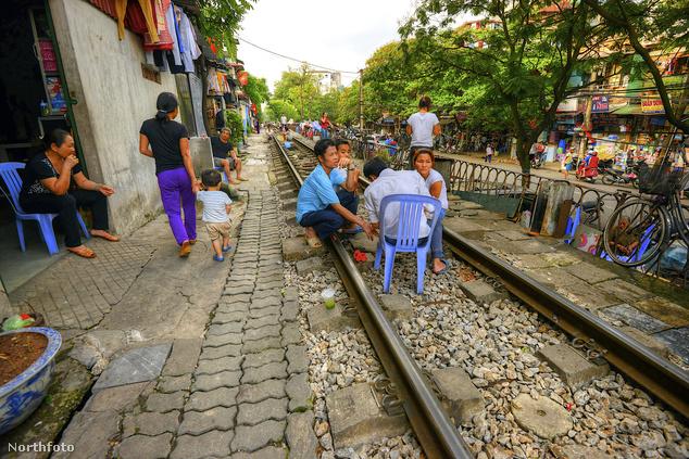 Amíg elmegy a vonat összepakolnak, aztán visszaköltözik az élet a sínekre