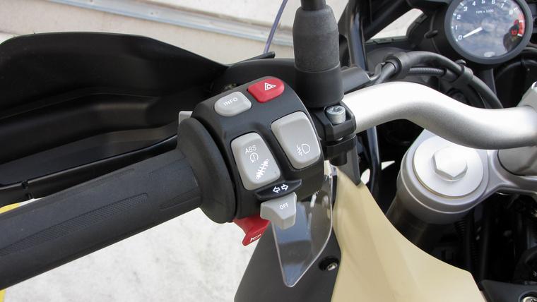 Az index kapcsolója szokványos, de az nem, hogy magától kikapcsol. Itt állíthatjuk a futóművet, kapcsolhatjuk ki a menetstabilizálót és az ABS-t, illetve ugrálhatunk a kijelző menüi közt
