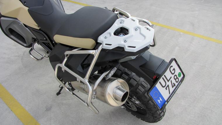 Ügyesen hangolva a sorkettesből is ki tudnak bokszer-szerű hangokat csalogatni a BMW-sek. A hátsó lámpa LED-es