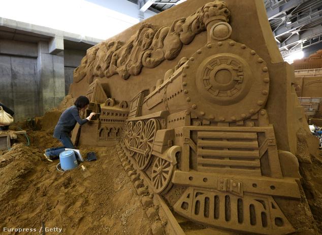 Zhang Yan a transzszibériai expressz szobrán dolgozik