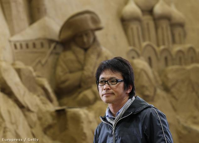 Katsuhiko Chaen, a múzeum igazgatója terepszemlét tart a szobrok között