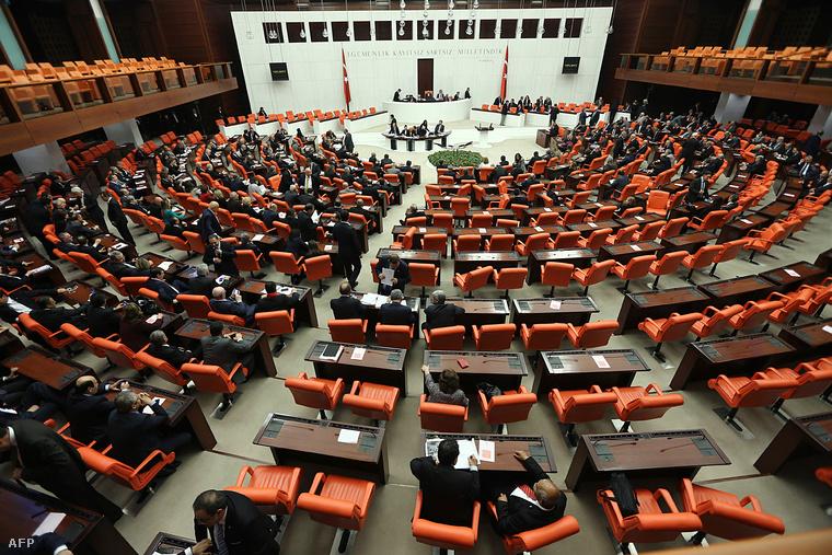 A török parlament rendkívüli ülése március 14-én