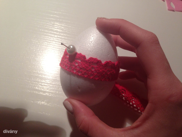 Gombostűvel átszúrt gyöngyökkel is fel lehet díszíteni.