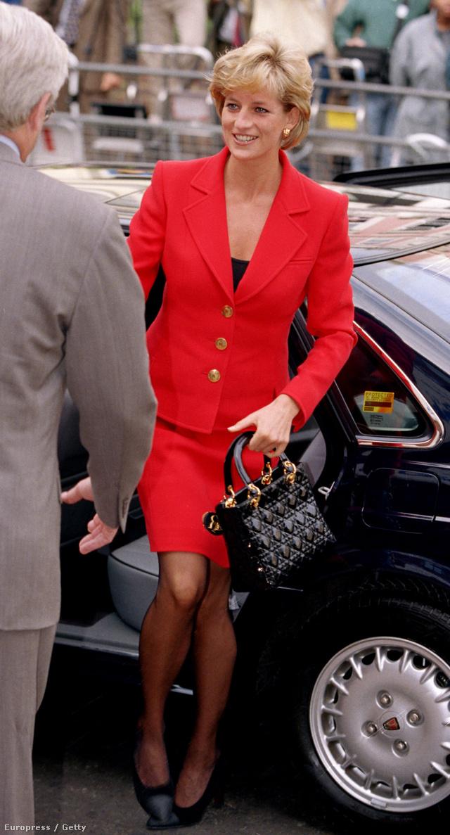 1996, London: Diana egy HIV/Aids alapítvány jótékonysági eseményén mutatkozik talpig pirosban.