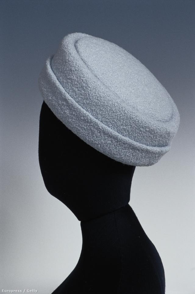 A kalap kiállításon Christian Dior,Prada, Philip Treacy, Givenchy, Chanel vagy Yves Saint Laurent fejfedőit csodálhatják meg az ide látogatók.