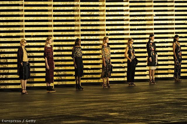 A Les Art Decoratifs március 1. és augusztus 1. között ad otthont Dries Van Noten ruhakölteményeinek.
