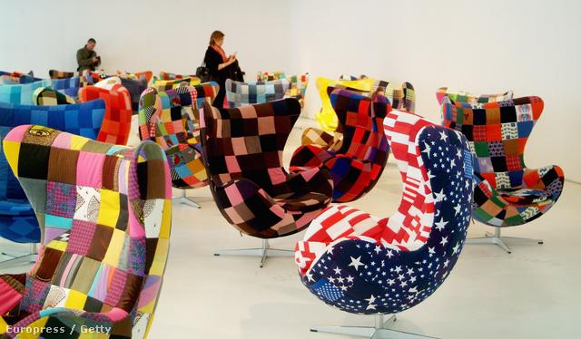 Már 2008-ban is mutattak be átkárpitozott Jacobsen székeket Milánóban.